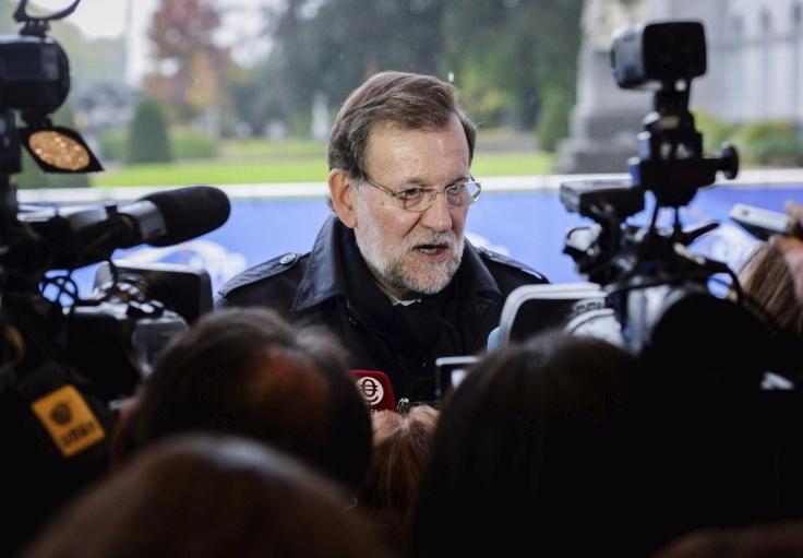 BRU010 BRUSELAS (BÉLGICA) 15/10/2015.- El presidente del Gobierno, Mariano Rajoy, atiende a los medios de comunicación a su llegada a la reunión de líderes del Partido Popular Europeo (PPE) previa a la cumbre de jefes de Estado y de Gobierno de la UE, en Bruselas (Bélgica), hoy 15 de octubre de 2015. Los líderes de la UE celebraron hoy su cuarta cumbre sobre la crisis de los refugiados para agilizar la respuesta comunitaria a este reto. EFE/Stephanie Lecocq