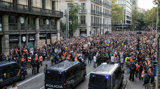 Milers-persones-manifesten-repressio-brutalitat_2328377414_66735892_651x366